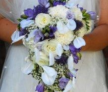 Převislá svatební kytice zpracována vatičkovou metodou